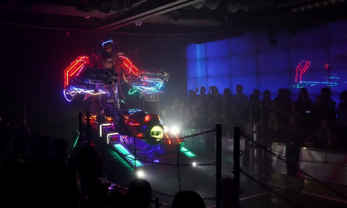 Robots versus Humans at the Robot Restaurant