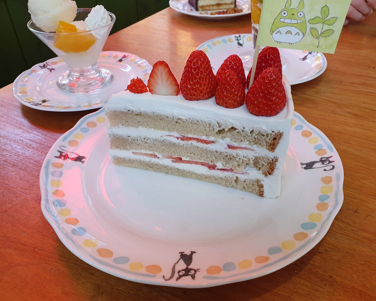 Strawberry short cake with berries